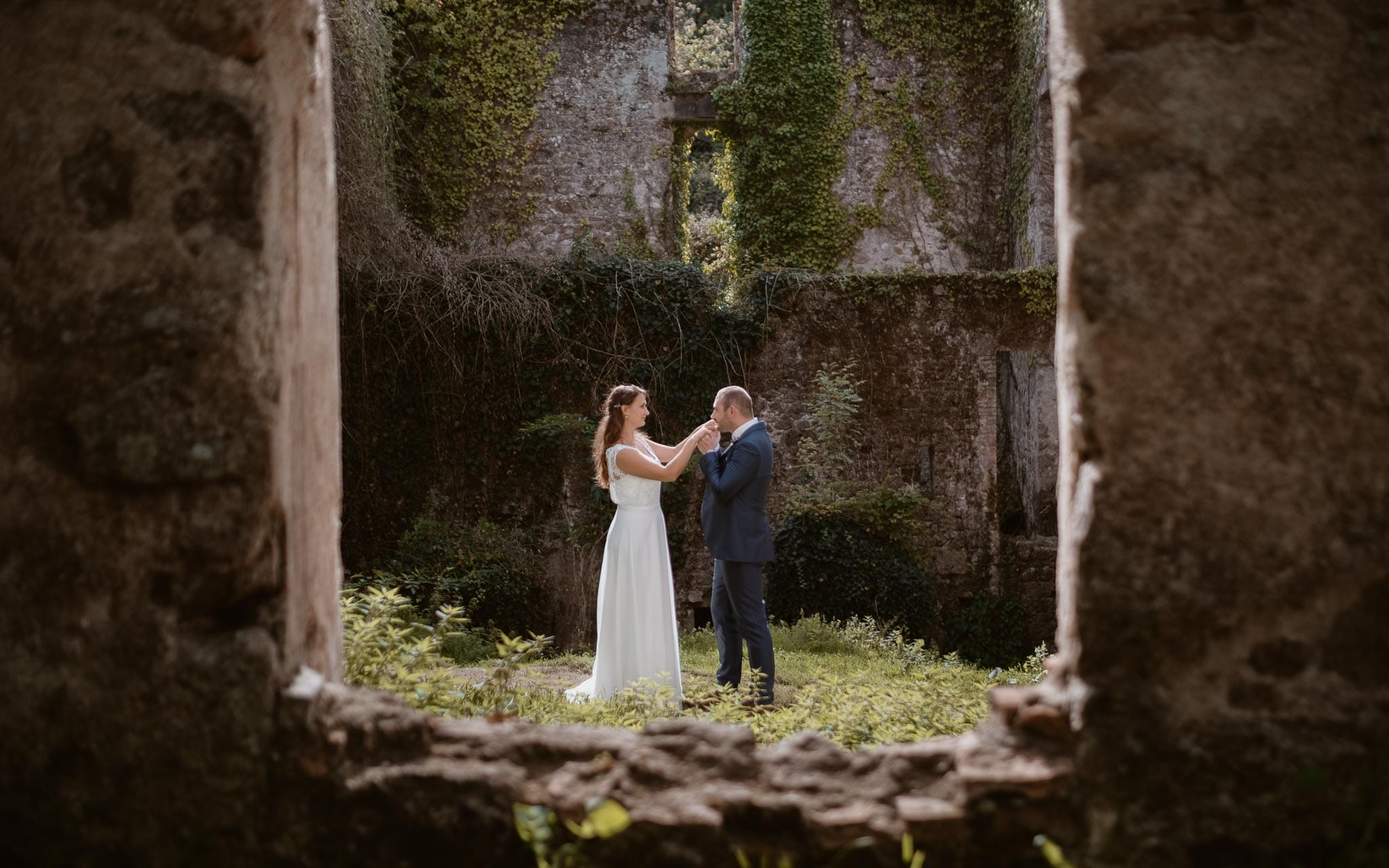 Séance couple après mariage naturelle et romantique près d'une rivière dans une vallée de roches en Vendée par Geoffrey Arnoldy photographe