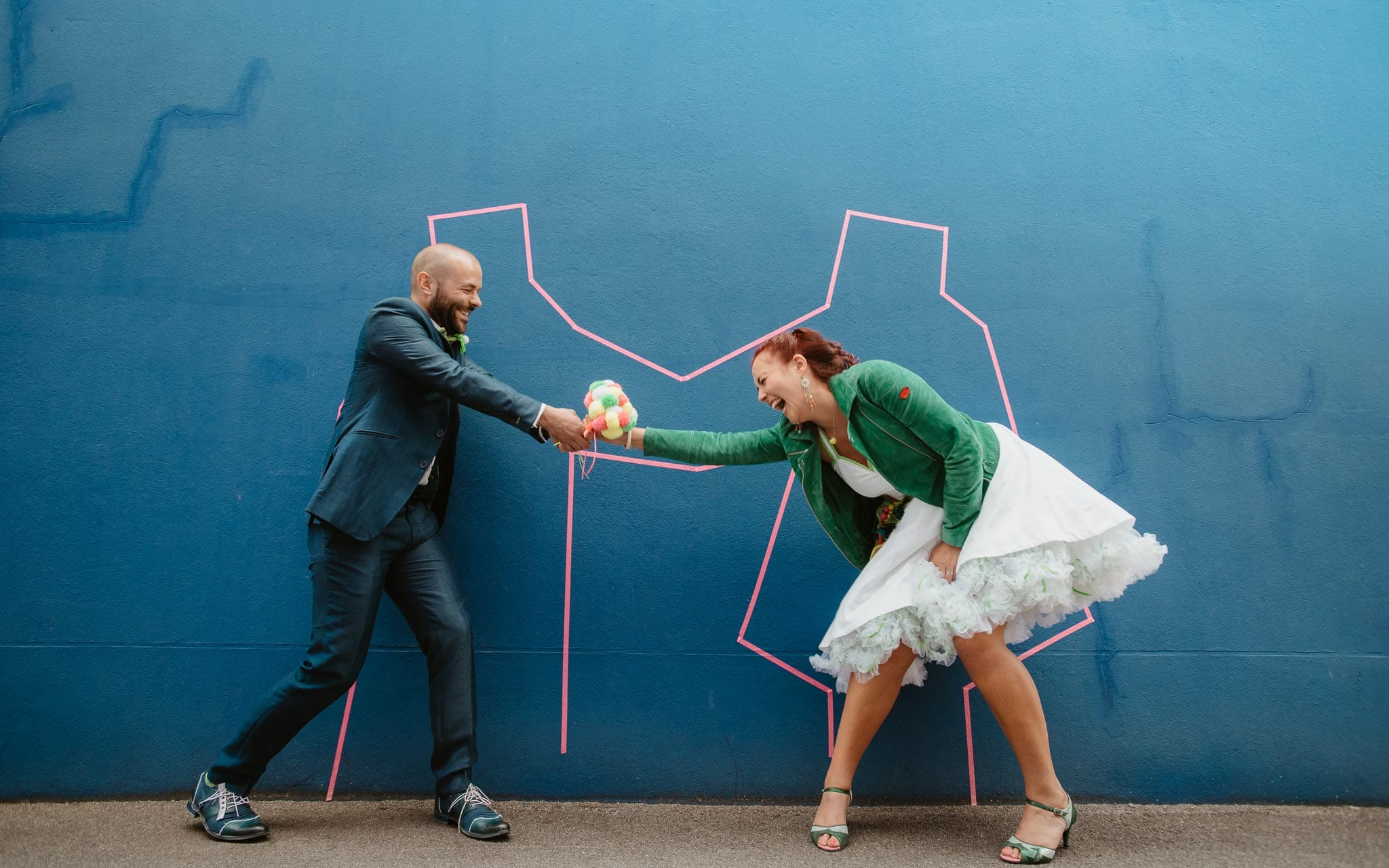 photo d'une séance de couple day-after colorée, décalée & créative à Nantes par Geoffrey Arnoldy photographe