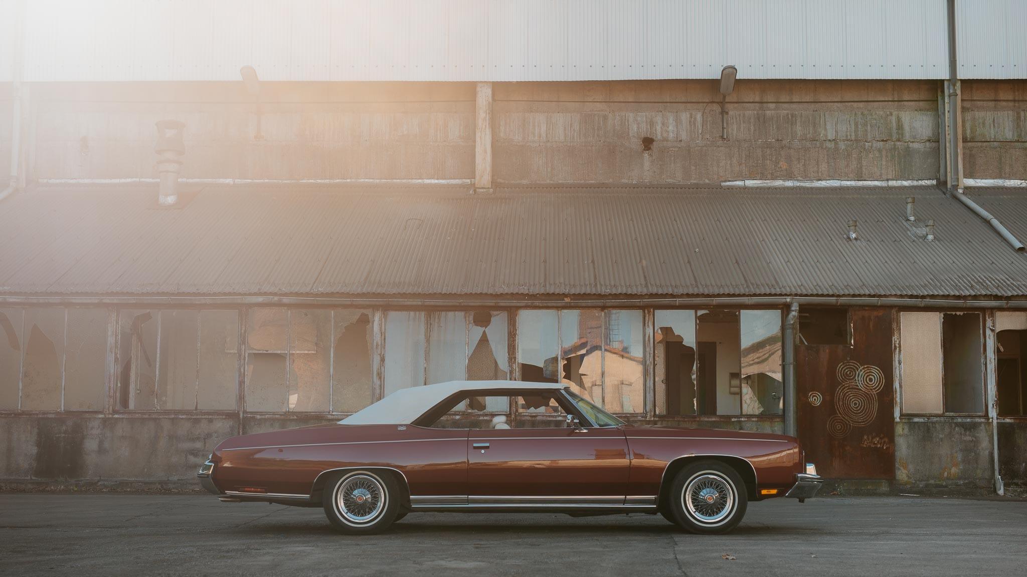 Séance couple après mariage mise en scène avec voiture américaine de collection dans une friche industrielle aux alentours de Nantes par Geoffrey Arnoldy photographe