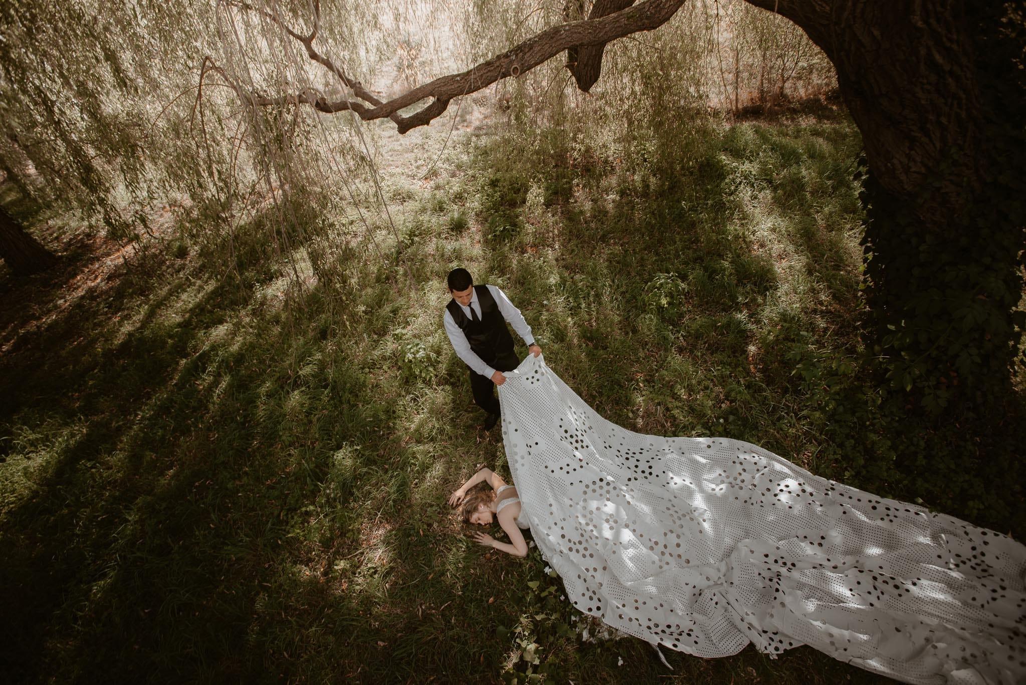 Séance couple après mariage mise en scène poétique et romantique aux alentours de Nantes par Geoffrey Arnoldy photographe