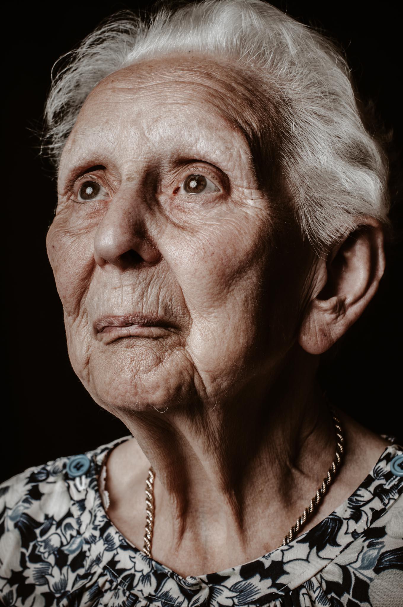 Séance portrait studio à domicile d'une personne âgée par Geoffrey Arnoldy photographe