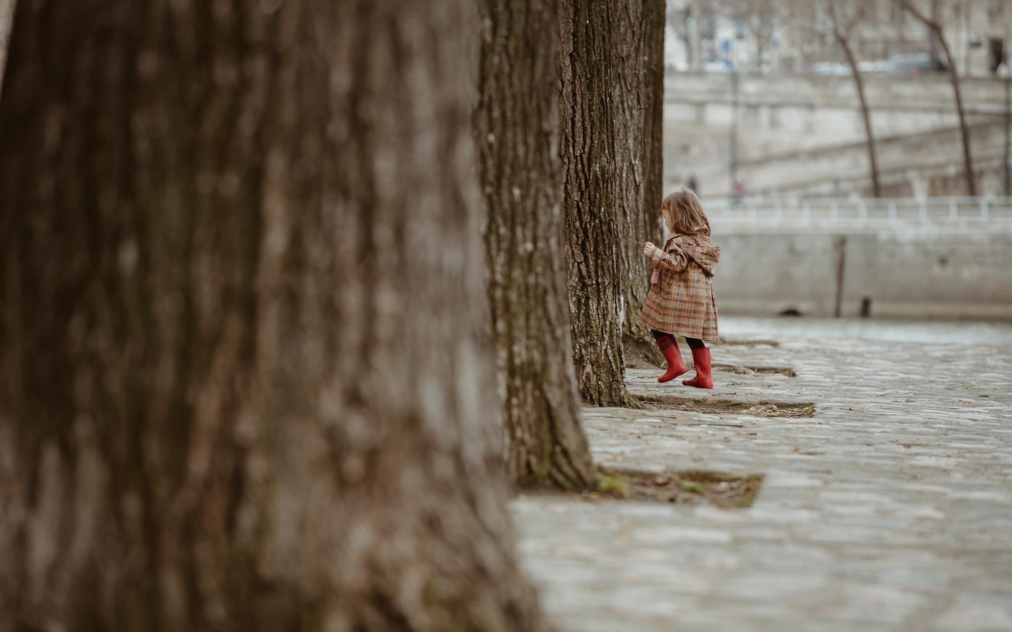 Séance photo de famille parents enfant en extérieur, à l'ambiance poétique et intemporelle en hiver à Paris par Geoffrey Arnoldy photographe