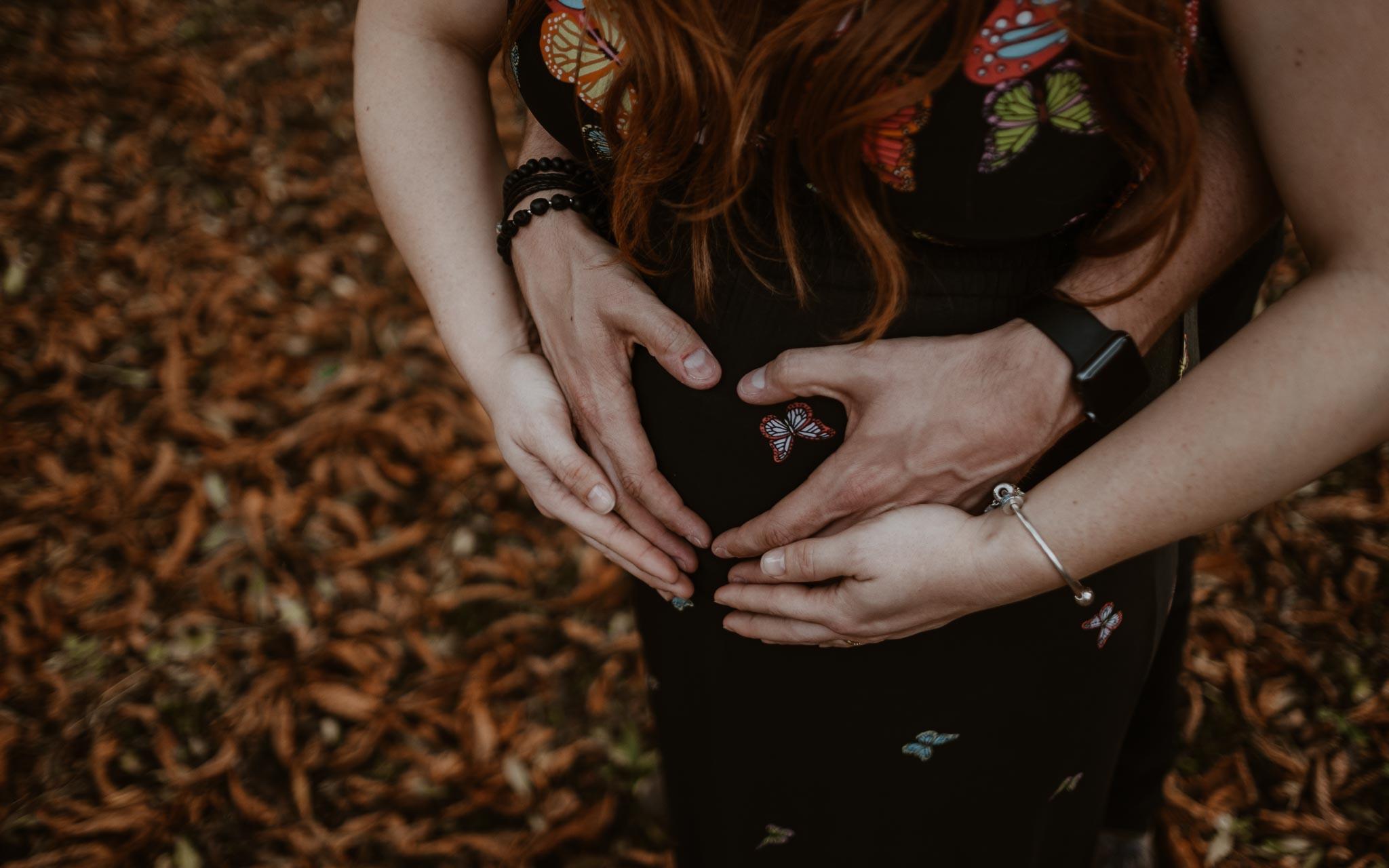 Séance photo de grossesse et famille en extérieur, à l'ambiance romantique, dans la forêt et au bord de l'eau par Geoffrey Arnoldy photographe