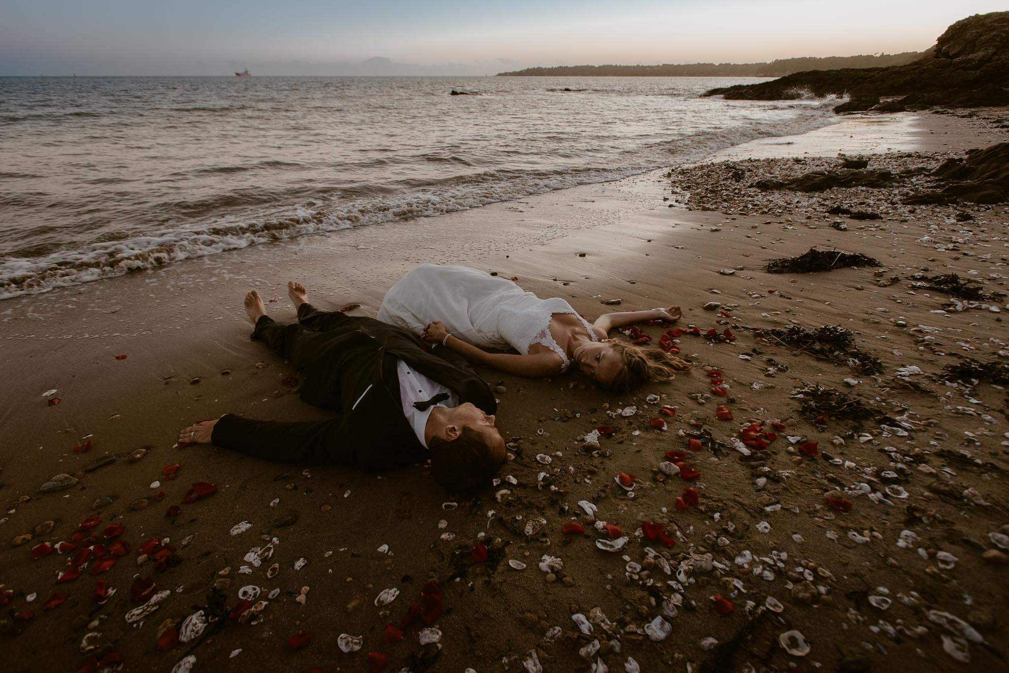 photo d'une séance de couple trash the dress poétique & romantique sur la plage au bord de l'océan à Saint Nazaire par Geoffrey Arnoldy photographe
