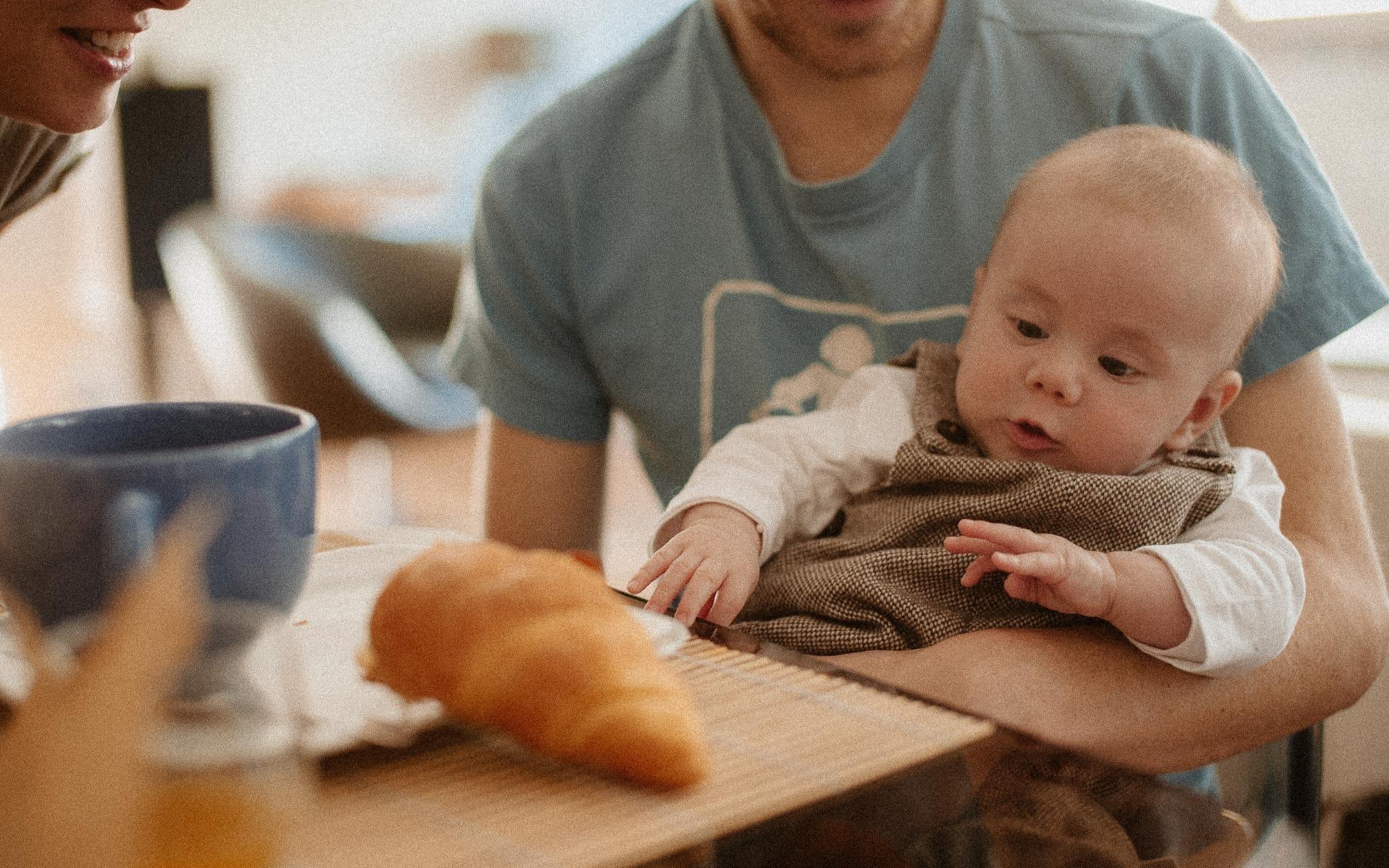 Séance photo lifestyle de famille de jeunes parents et d'un bébé en région parisienne à Saint Germain en Laye par Geoffrey Arnoldy photographe