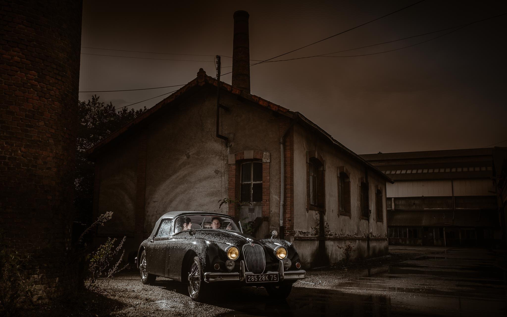 photo d'une séance de couple cinématographique avec une Jaguar ancienne de collection à Nantes par Geoffrey Arnoldy photographe