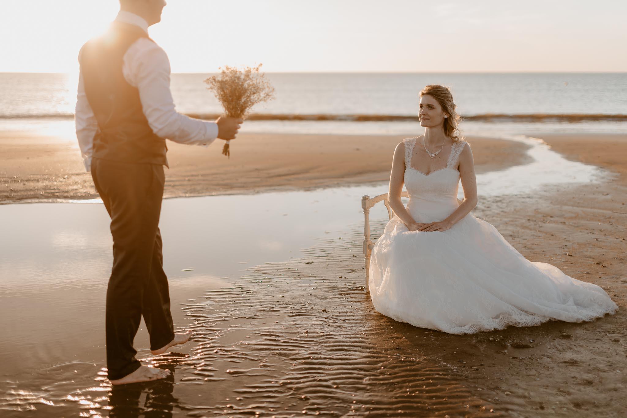 Séance couple après mariage mise en scène poétique et romantique sur la plage à Pornic par Geoffrey Arnoldy photographe