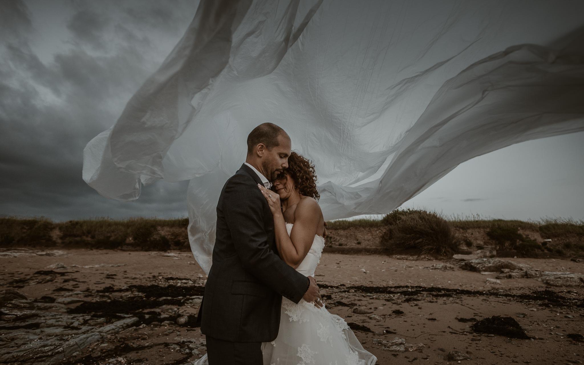 Séance couple artistique après mariage onirique & poétique sur la plage au bord de l'Océan près de la Baule par Geoffrey Arnoldy photographe