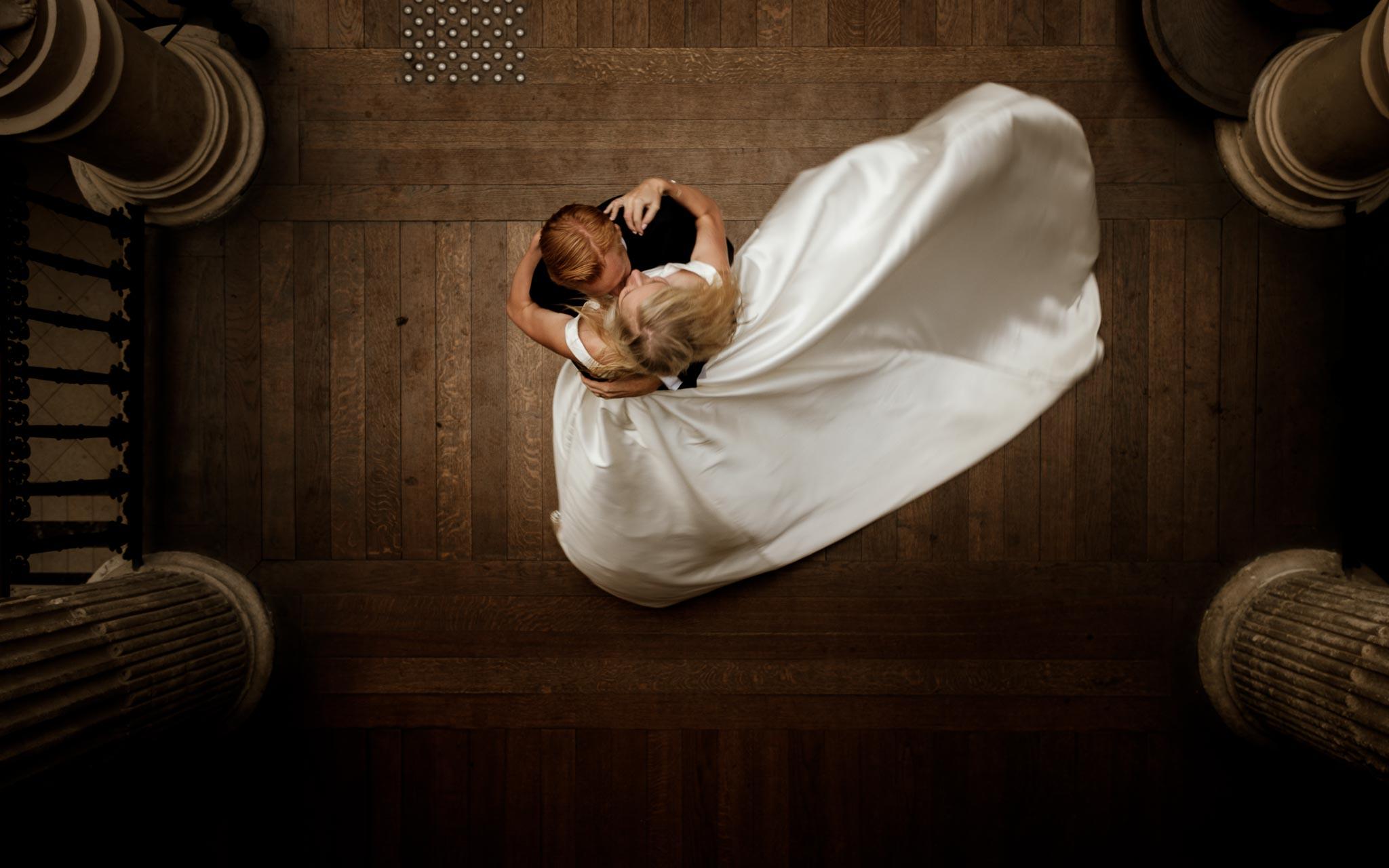 photo d'une séance de couple day-after romantique & onirique inspirée des univers de la mode et de la littérature au Passage Pommeraye à Nantes par Geoffrey Arnoldy photographe