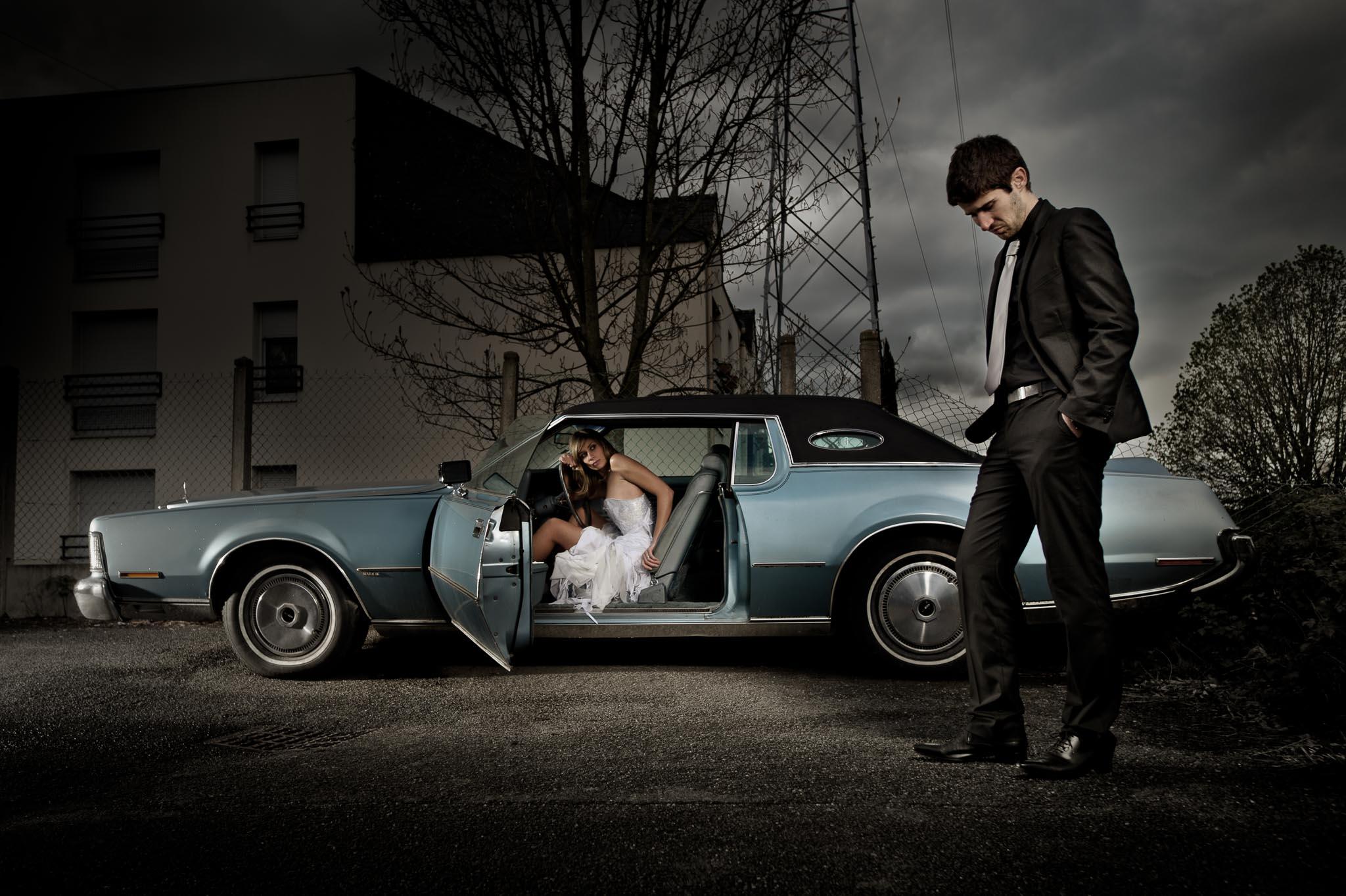 photo d'une séance de couple cinématographique avec une voiture vintage américaine à Nantes par Geoffrey Arnoldy photographe