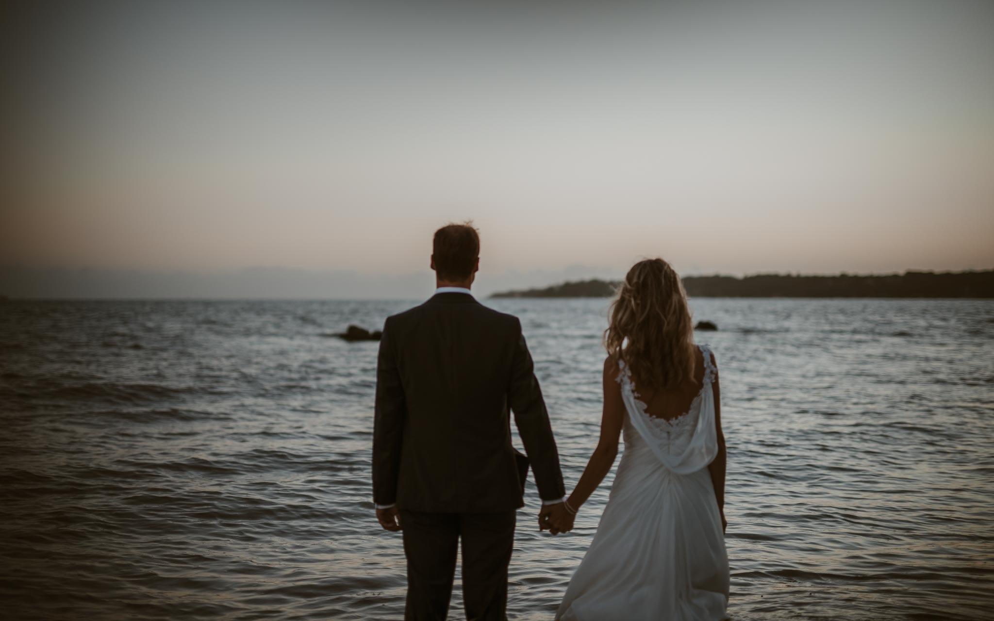 photo d'une séance couple day-after poétique & romantique sur la plage au bord de l'océan à Saint Nazaire par Geoffrey Arnoldy photographe