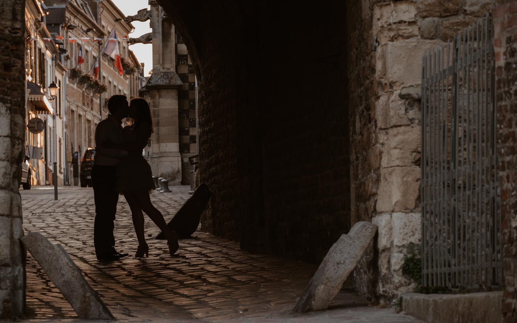 séance photo d'un couple d'amoureux dans les vieilles ruelles pavées de Saint-Valéry-sur-Somme par Geoffrey Arnoldy photographe