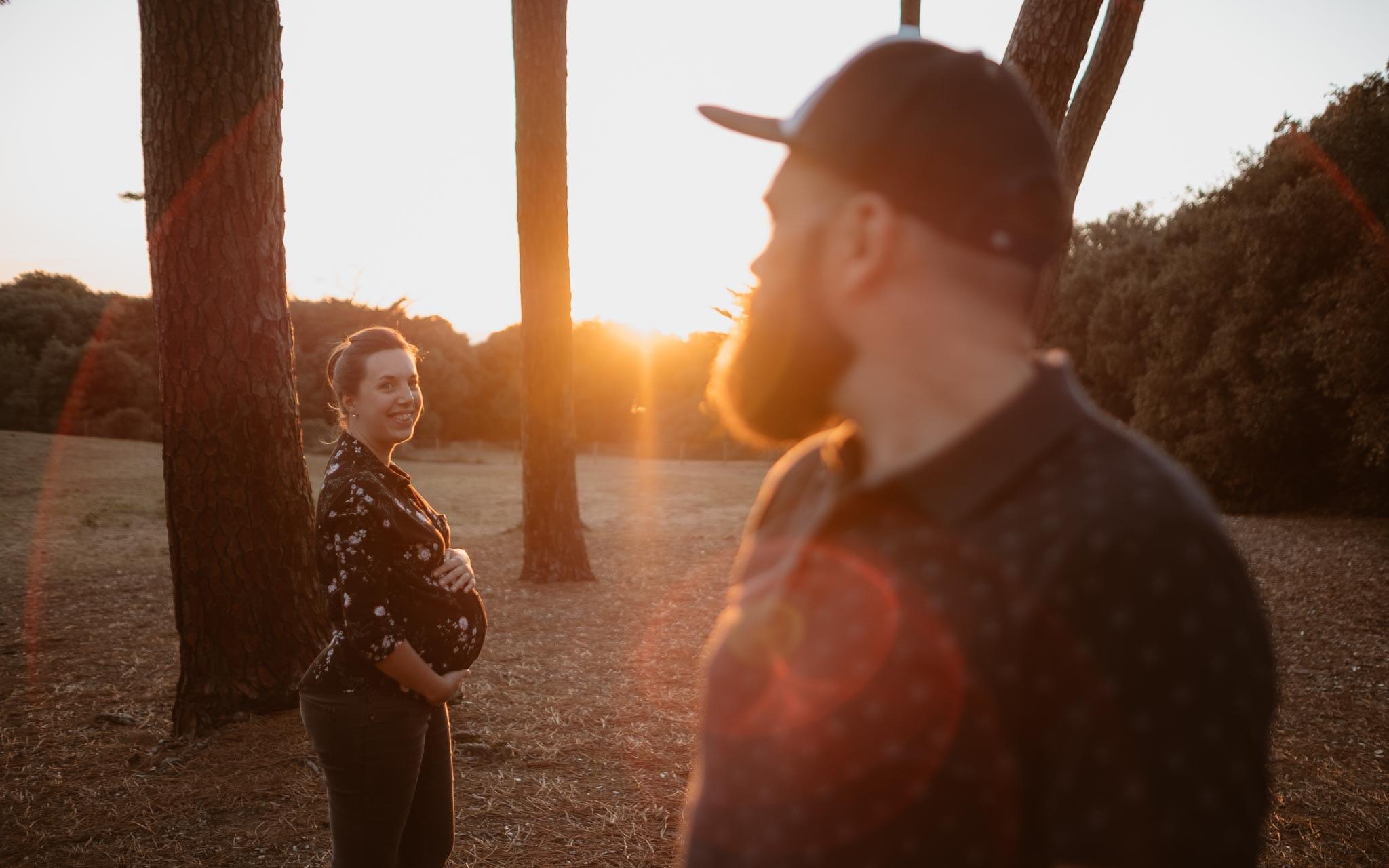 Séance photo de grossesse et futurs parents en extérieur, à l'ambiance poétique et humoristique, en forêt près de la Baule par Geoffrey Arnoldy photographe