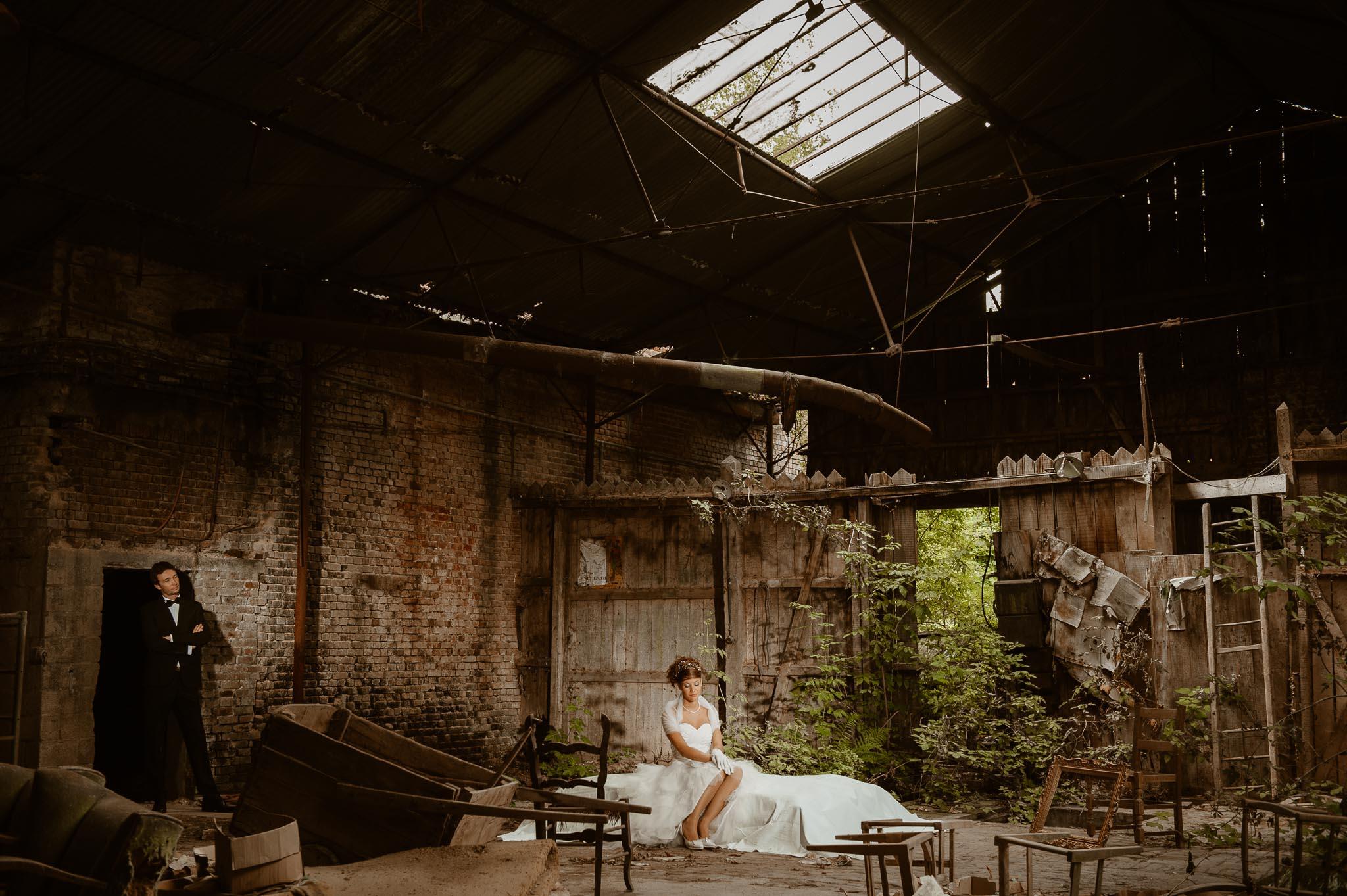 Séance couple après mariage poétique & romantique dans une friche pré-industrielle près de Amiens par Geoffrey Arnoldy photographe