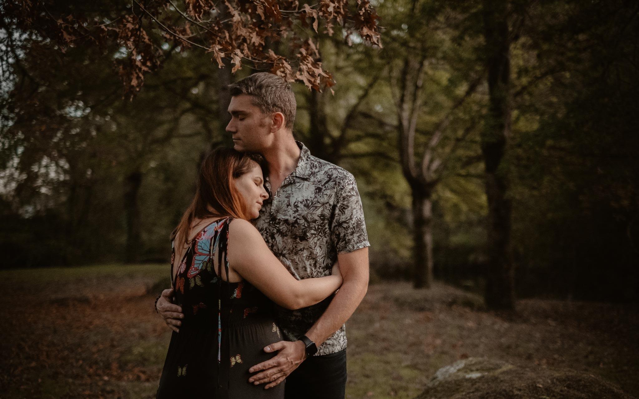 Séance couple femme enceinte en extérieur, à l'ambiance poétique, dans la forêt et au bord de l'eau par Geoffrey Arnoldy photographe