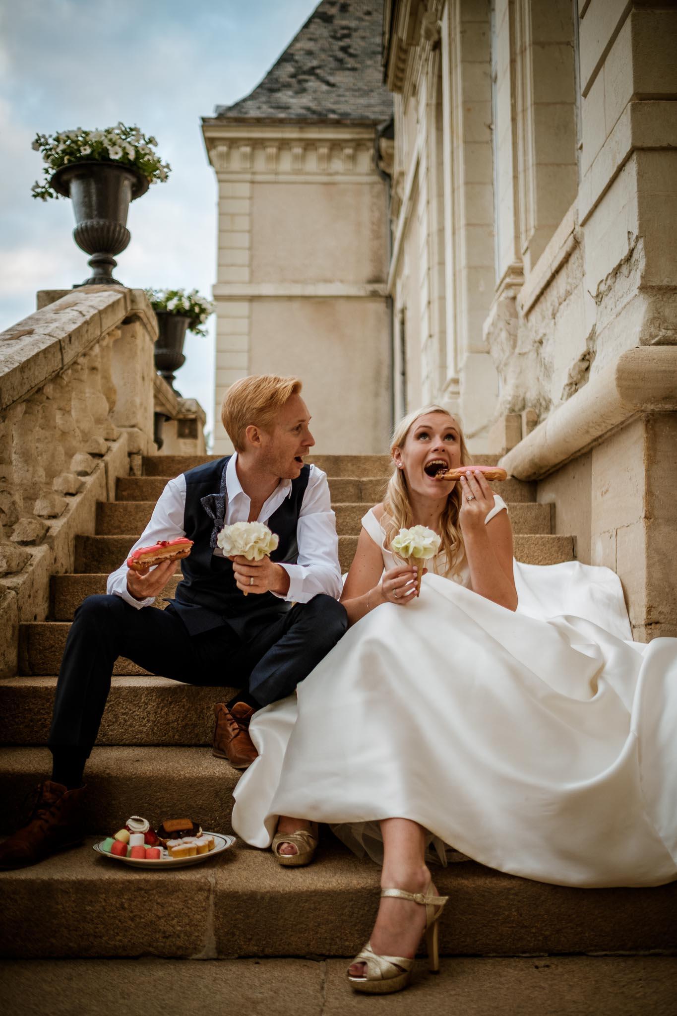 photos de couple fun et décalées lors d'une séance couple de mariage mise en scène au Château de Vair à Anetz par Geoffrey Arnoldy photographe