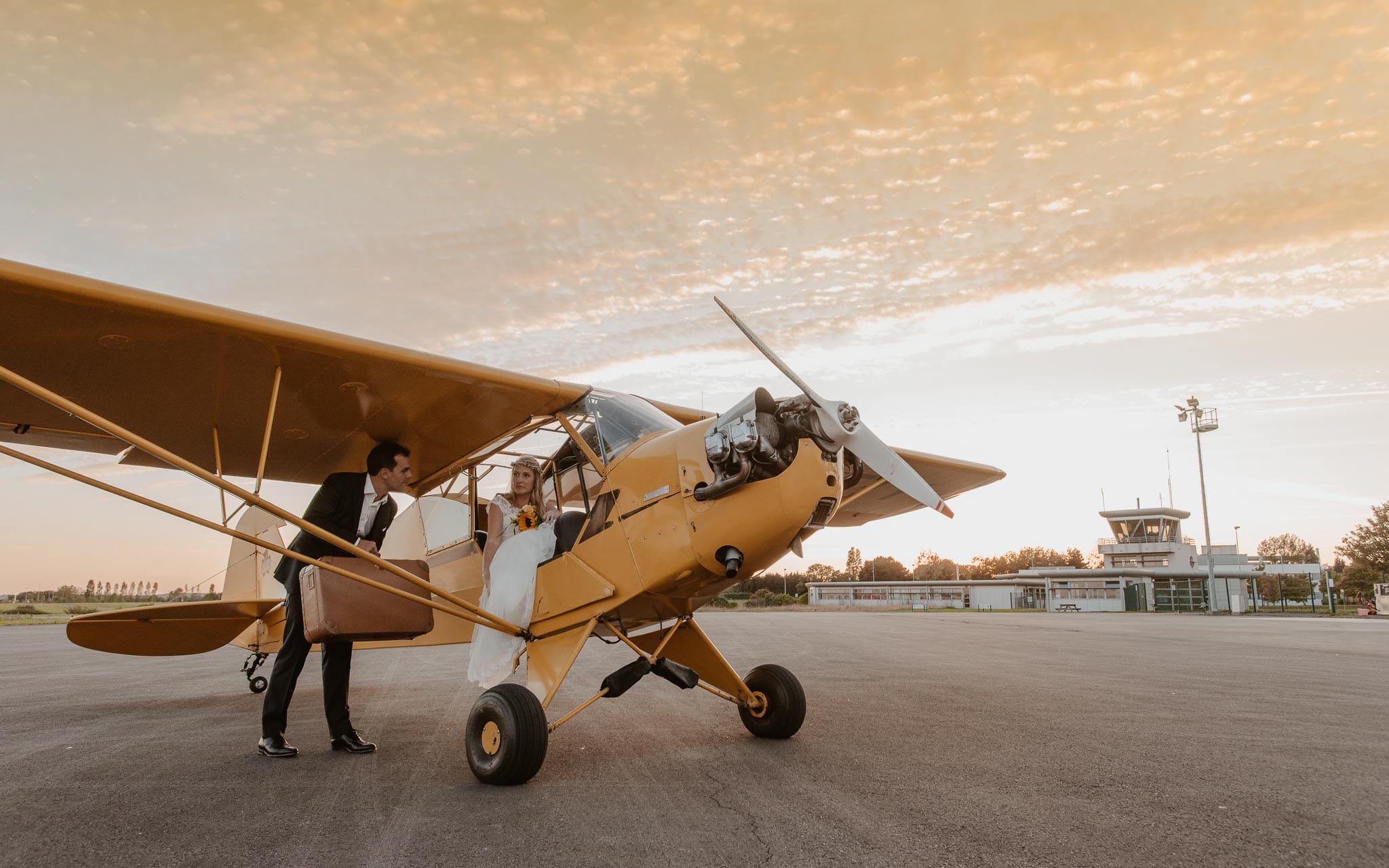 photo d'une séance de couple day-after poétique & romantique sur le thème du voyage à l'aérodrome d'Ancenis par Geoffrey Arnoldy photographe