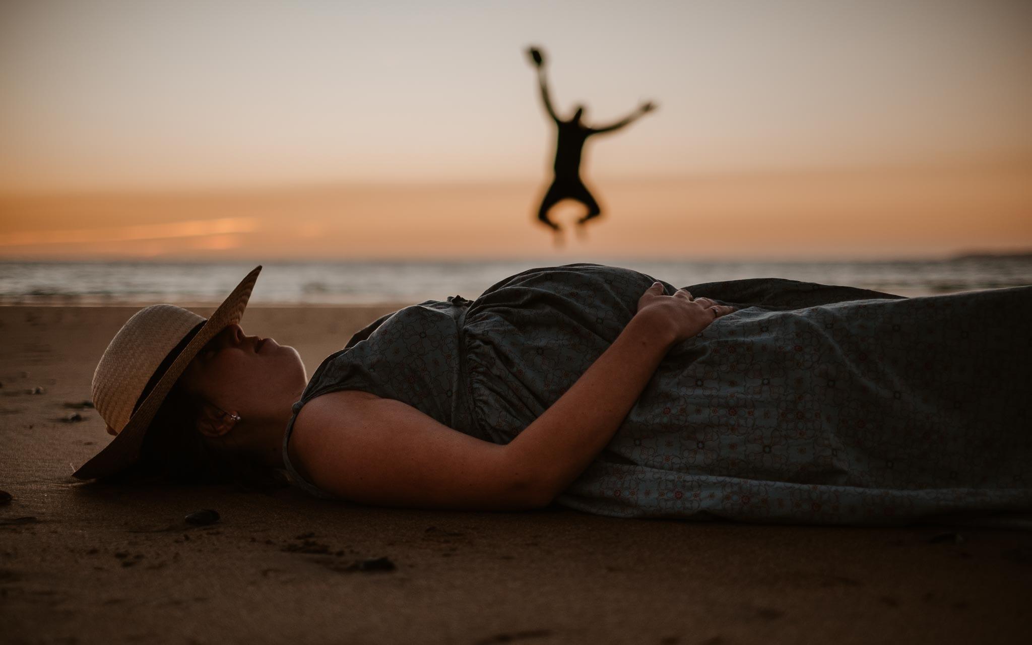 Séance photo de grossesse et famille en extérieur, à l'ambiance poétique et humoristique, sur la plage à la Baule par Geoffrey Arnoldy photographe