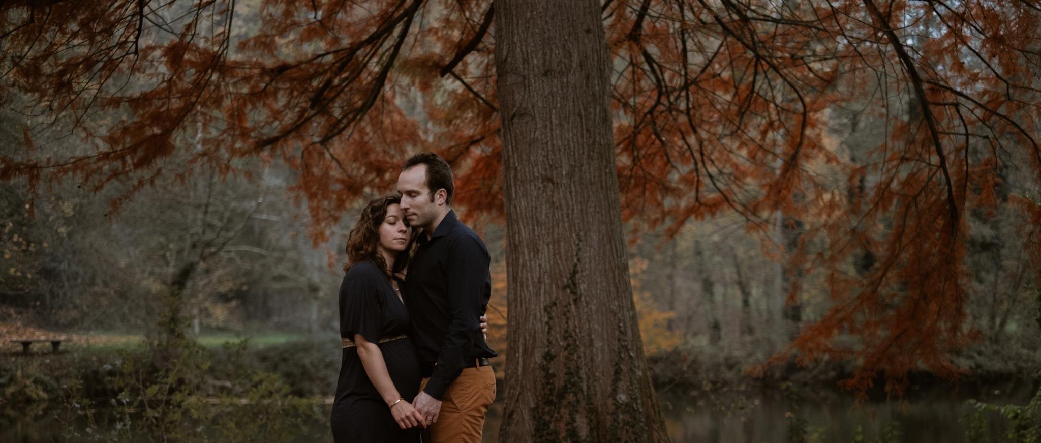 Séance photo de grossesse et futurs parents en extérieur, à l'ambiance poétique, en forêt à l'automne près de Clisson par Geoffrey Arnoldy photographe