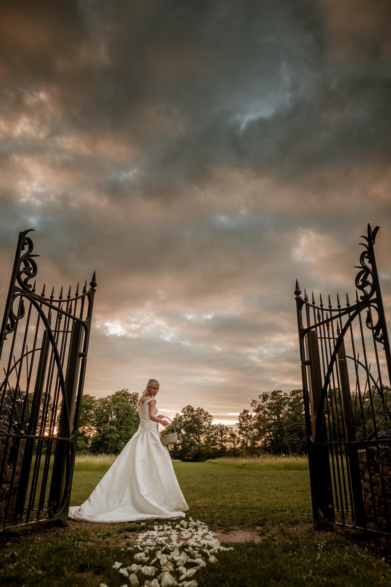 photos de princesse lors d'une séance couple de mariage mise en scène inspiré des univers de la littérature et des contes au Château de Vair à Anetz par Geoffrey Arnoldy photographe