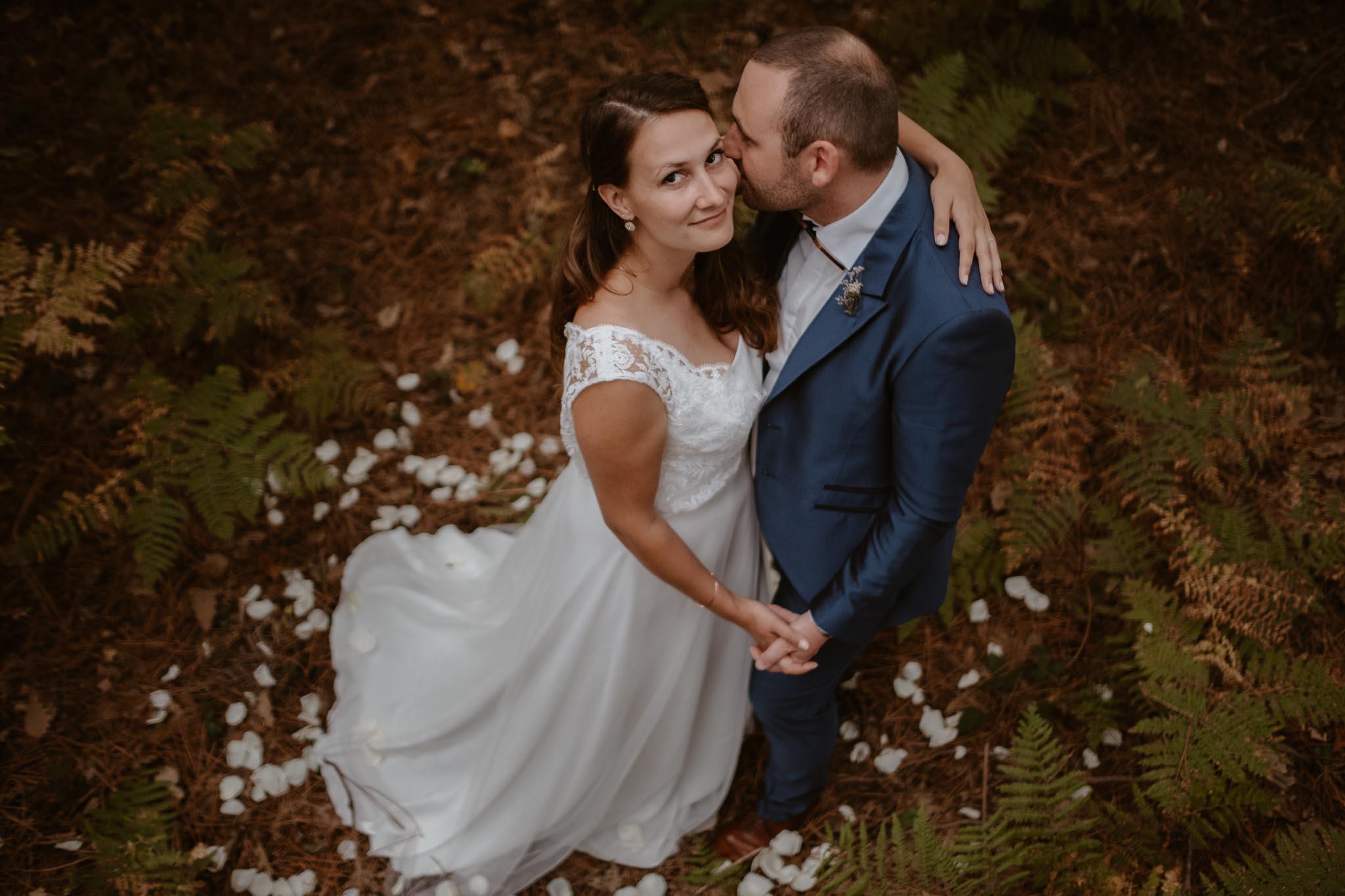Séance couple après mariage naturelle et romantique dans une forêt en Vendée par Geoffrey Arnoldy photographe