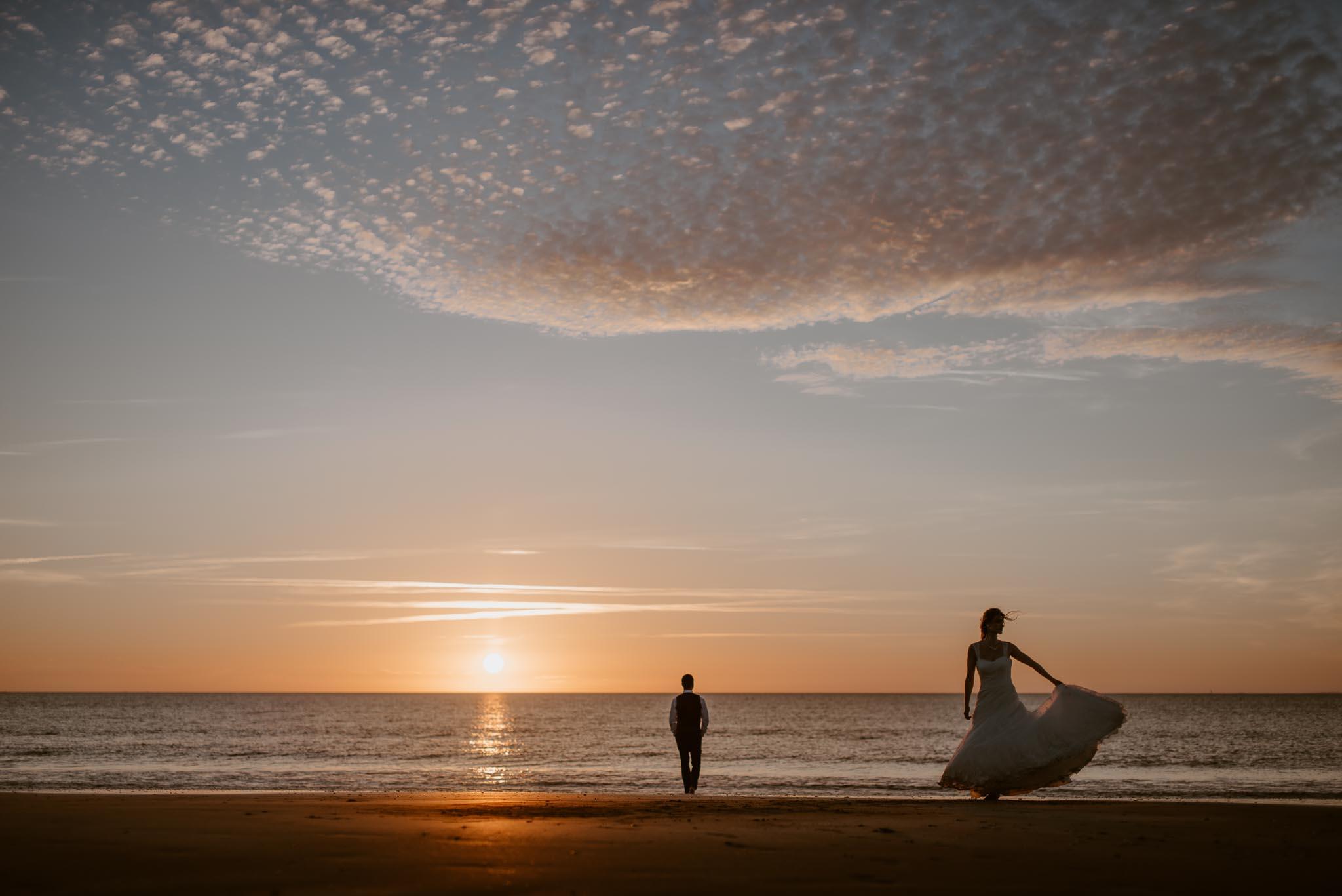 Séance couple après mariage mise en scène poétique et romantique sur la plage à Pornic au coucher de soleil par Geoffrey Arnoldy photographe