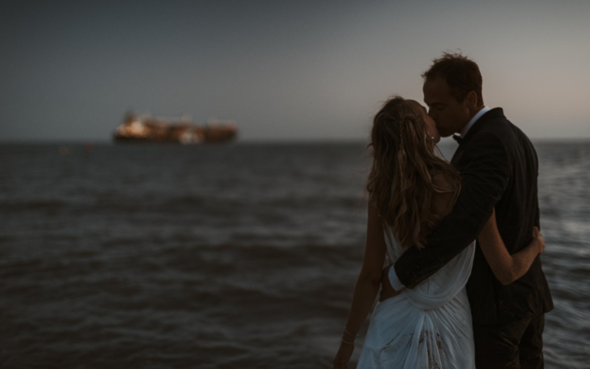 photo d'une séance de couple trash the dress poétique & romantique sur la plage au bord de l'océan à Saint Nazaire par Geoffrey Arnoldy photographe
