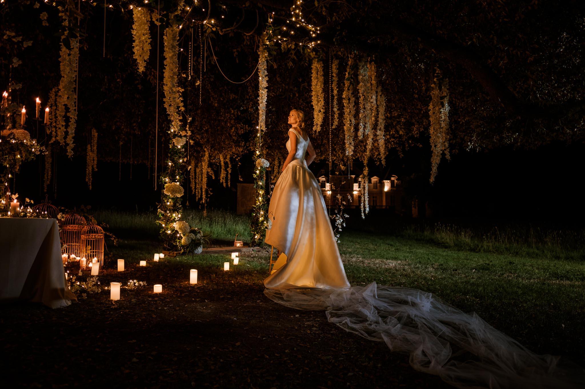 photos d'une séance couple mise en scène après mariage, prises de nuit, au sein d'un décor onirique de conte de fée, au Château de Vair à Anetz par Geoffrey Arnoldy photographe