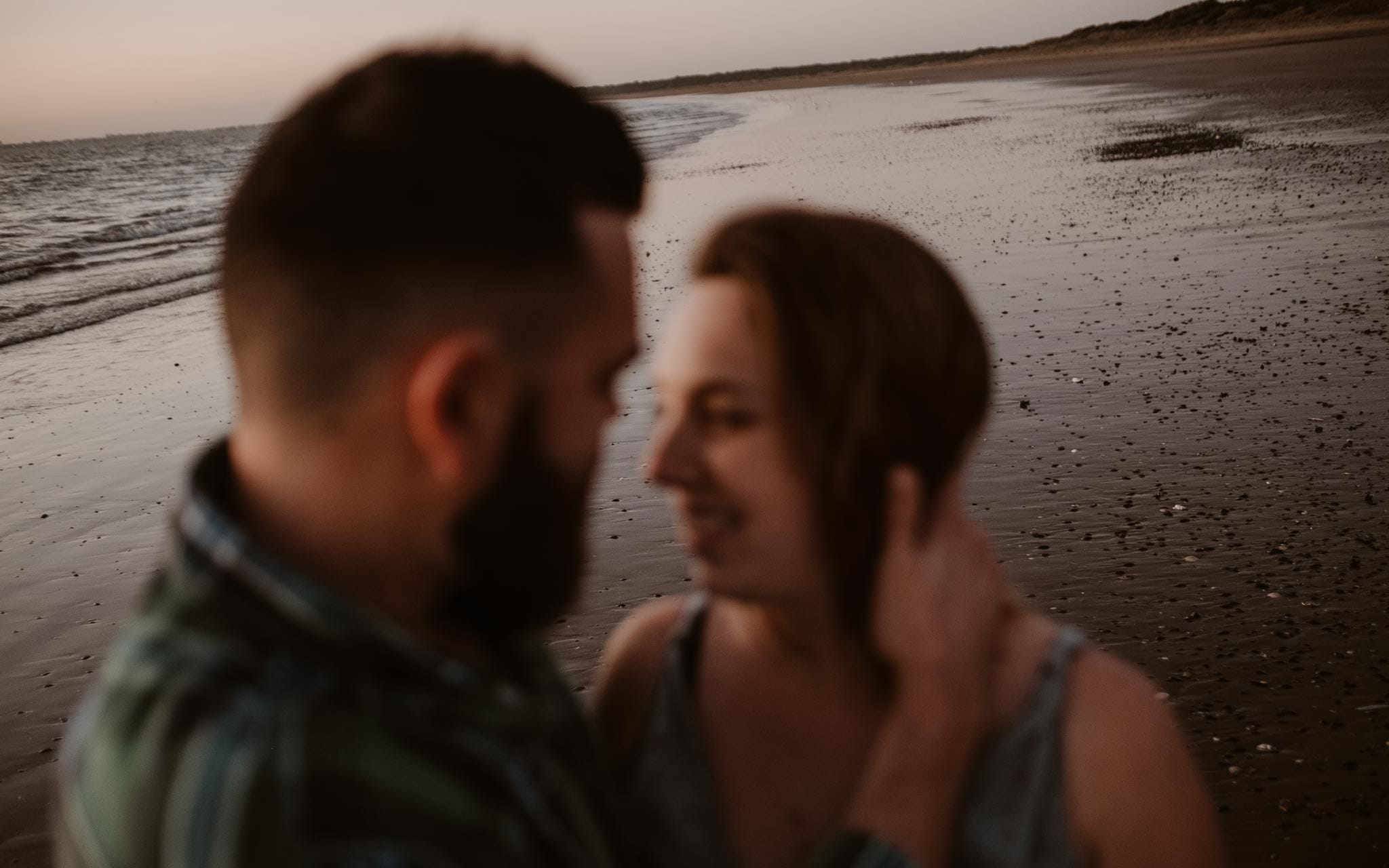 Séance couple femme enceinte en extérieur, à l'ambiance poétique et complice, sur la plage à la Baule par Geoffrey Arnoldy photographe