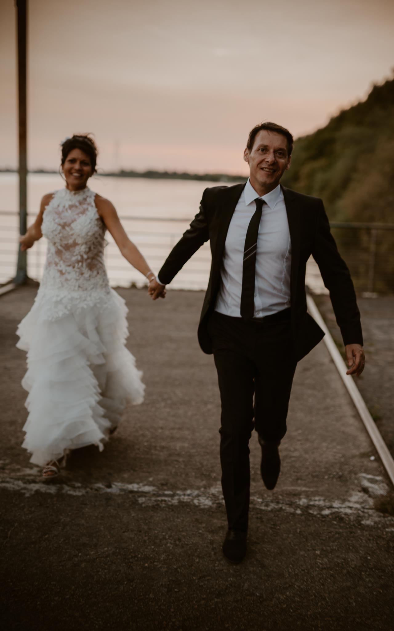 Séance couple mariés après mariage mise en scène en bord de loire aux alentours de Nantes par Geoffrey Arnoldy photographe