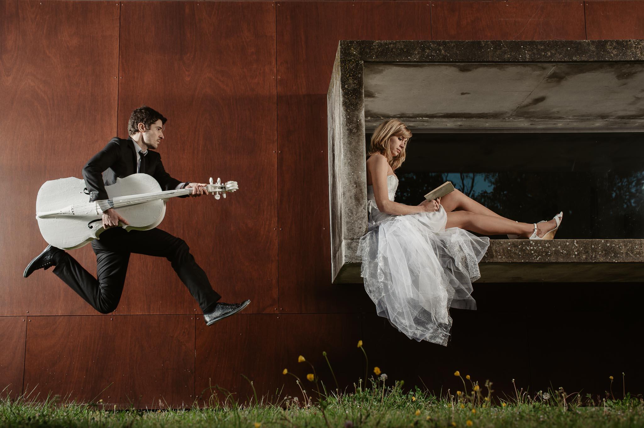 photos de couple fun et décalées lors d'une séance couple de mariage mise en scène près de Nantes par Geoffrey Arnoldy photographe