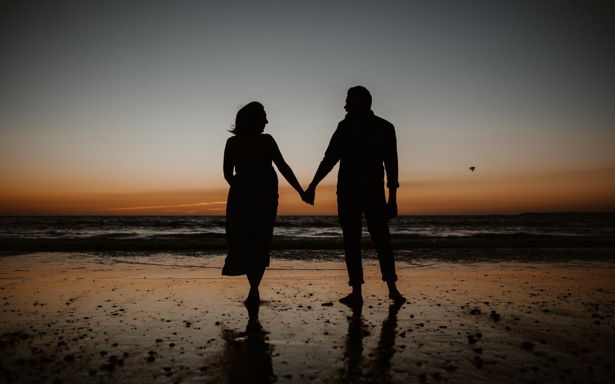 Séance couple femme enceinte en extérieur, à l'ambiance poétique et romantique, au coucher de soleil sur la plage à la Baule par Geoffrey Arnoldy photographe