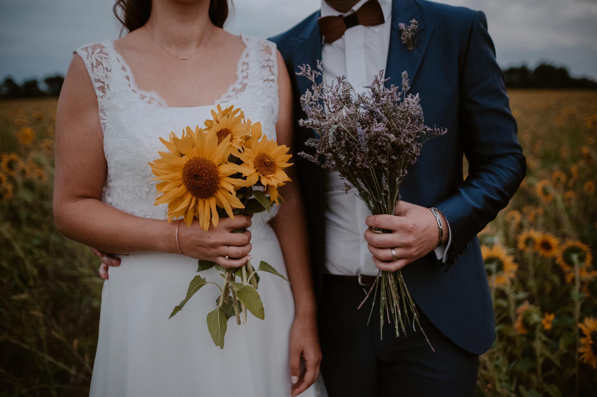 Séance couple après mariage naturelle et romantique dans un champ de tournesols en vendée par Geoffrey Arnoldy photographe
