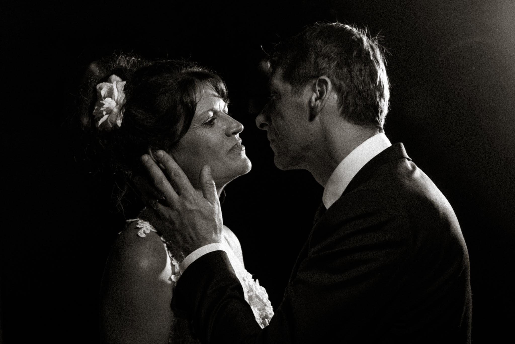 Séance couple après mariage mise en scène inspiration film n&b cinéma noir et blanc des années 30 par Geoffrey Arnoldy photographe