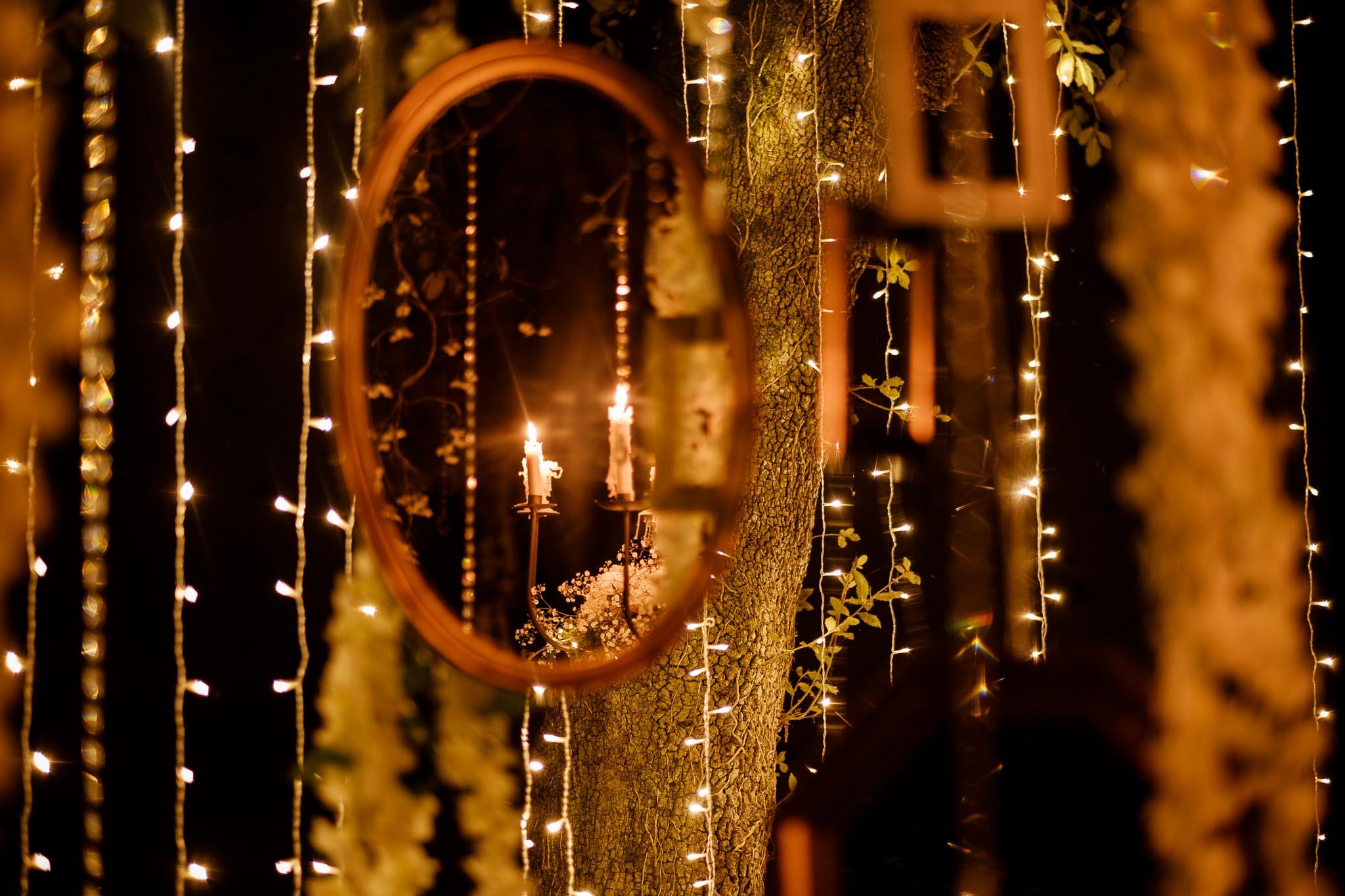 photos d'une séance couple mise en scène après mariage, prises de nuit, lors d'un repas au sein d'un décor inspiré du film Twilight, au Château de Vair à Anetz par Geoffrey Arnoldy photographe