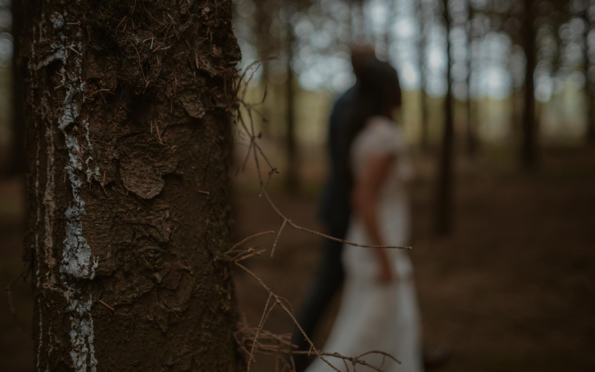 photo d'une séance de couple day-after romantique & onirique dans une forêt en vendée par Geoffrey Arnoldy photographe