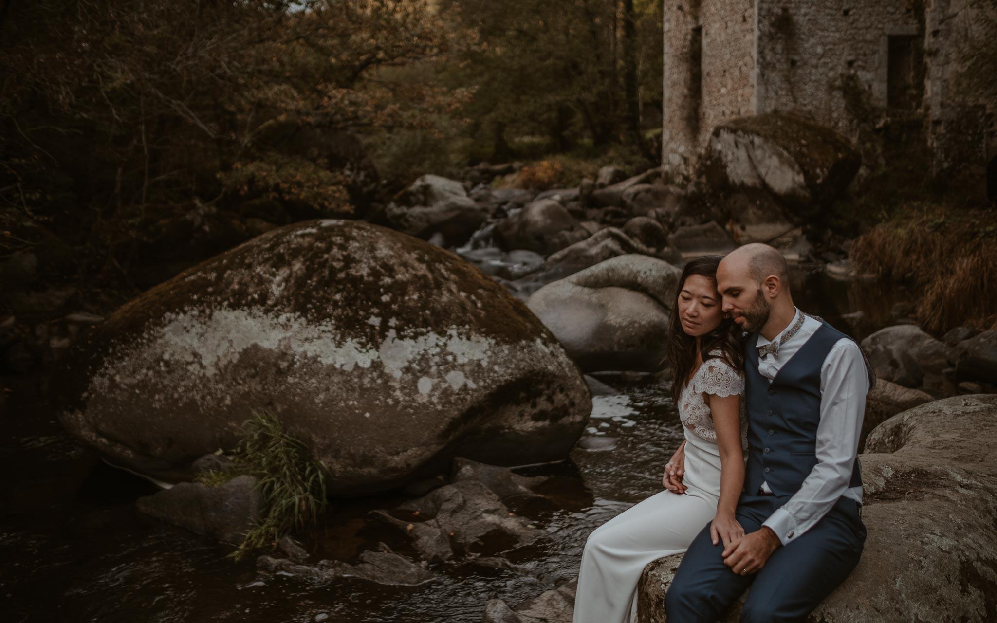 photo d'une séance de couple day-after romantique & onirique dans le lit d'une rivière en vendée par Geoffrey Arnoldy photographe