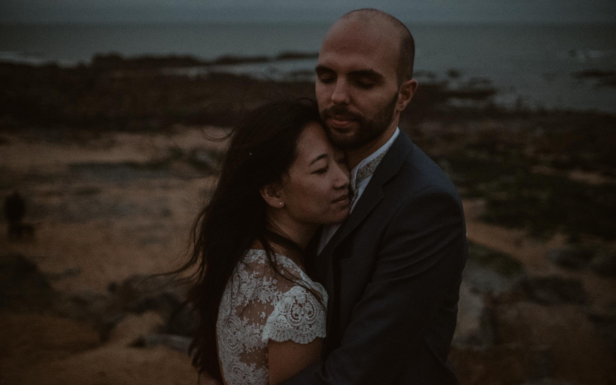 photo d'une séance de couple après mariage naturelle & onirique au bord de l'océan en vendée par Geoffrey Arnoldy photographe