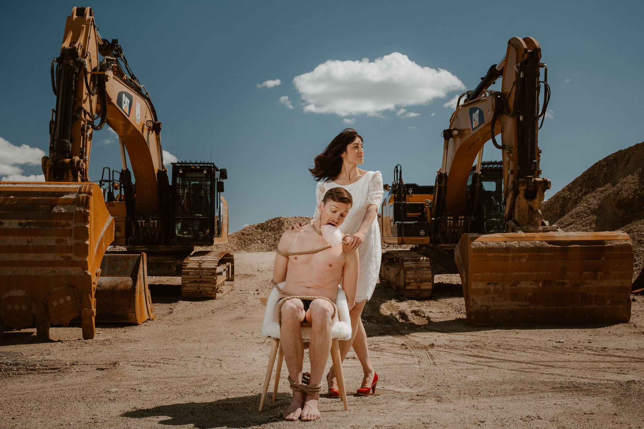 photo d'une séance de couple day-after décalée & grotesque inspirée des univers du théâtre par Geoffrey Arnoldy photographe