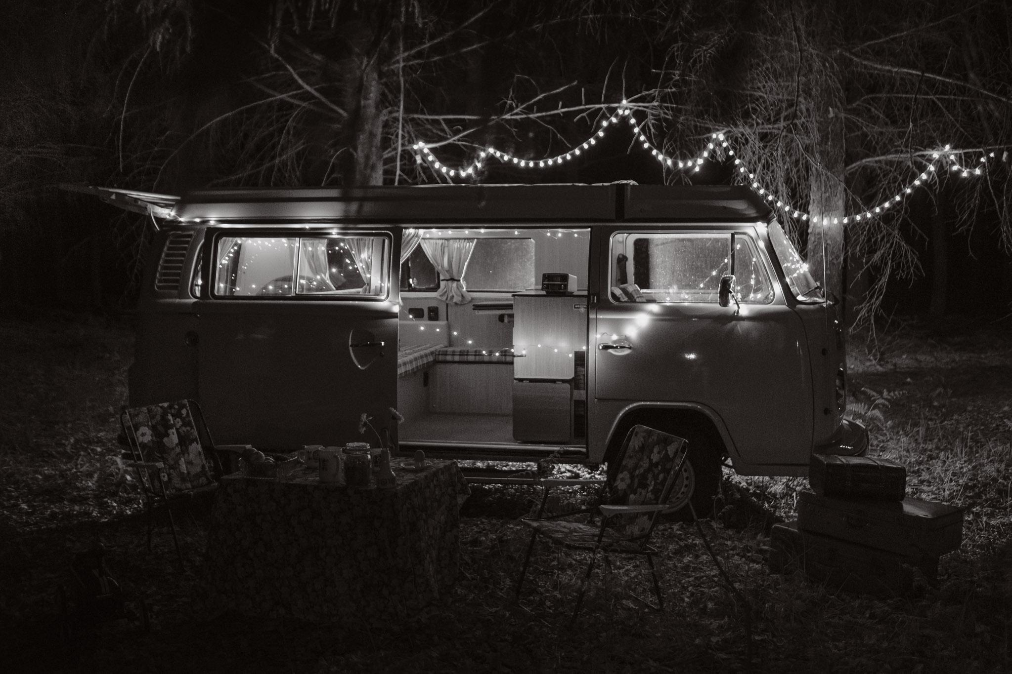 photo d'une séance de couple day-after originale & créative inspirée des univers de la mode et de la pub 70's par Geoffrey Arnoldy photographe
