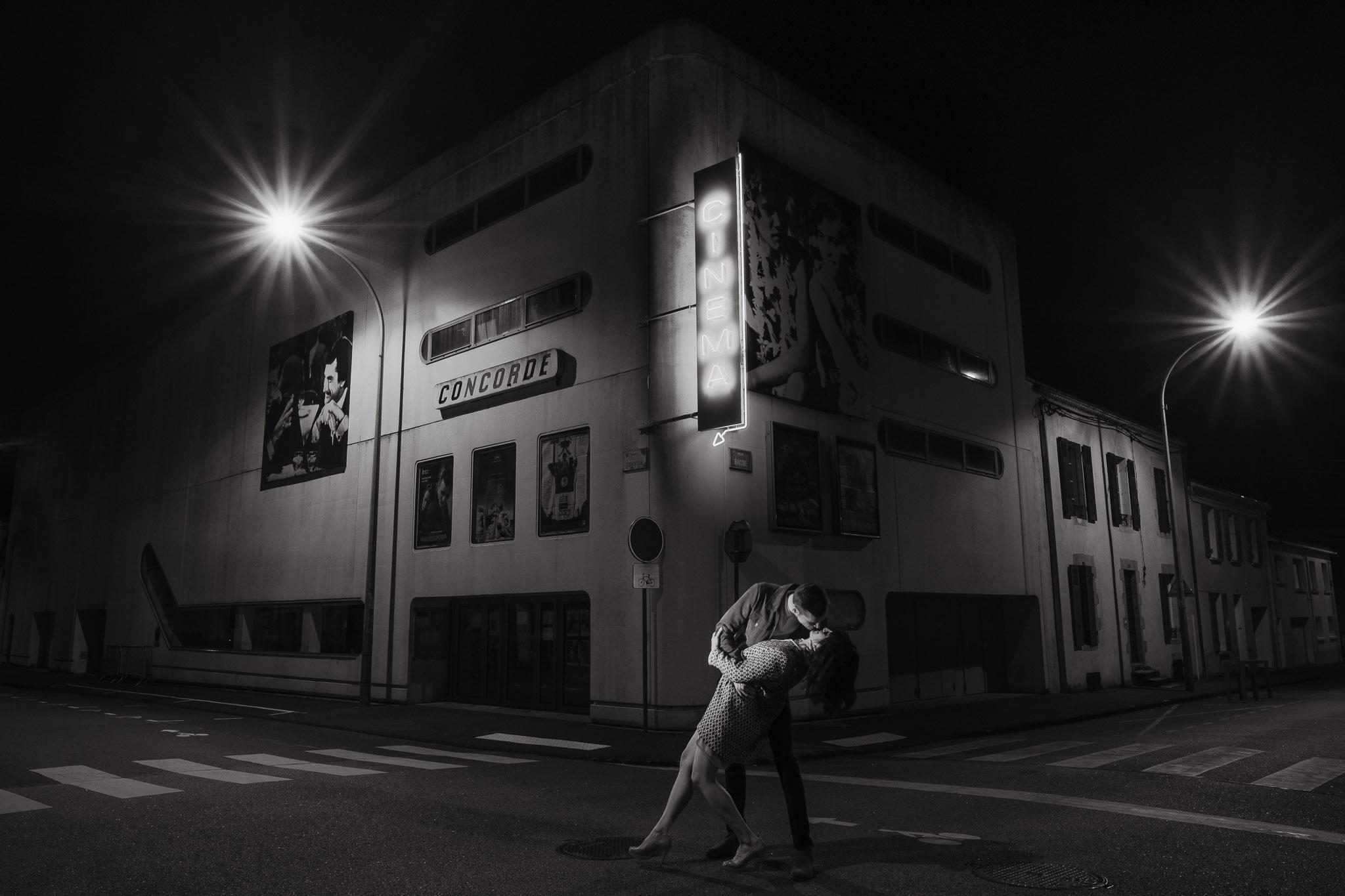 Baiser de cinéma extrait d'une séance de couple day-after originale & créative inspirée des univers du cinéma et de la mode par Geoffrey Arnoldy photographe