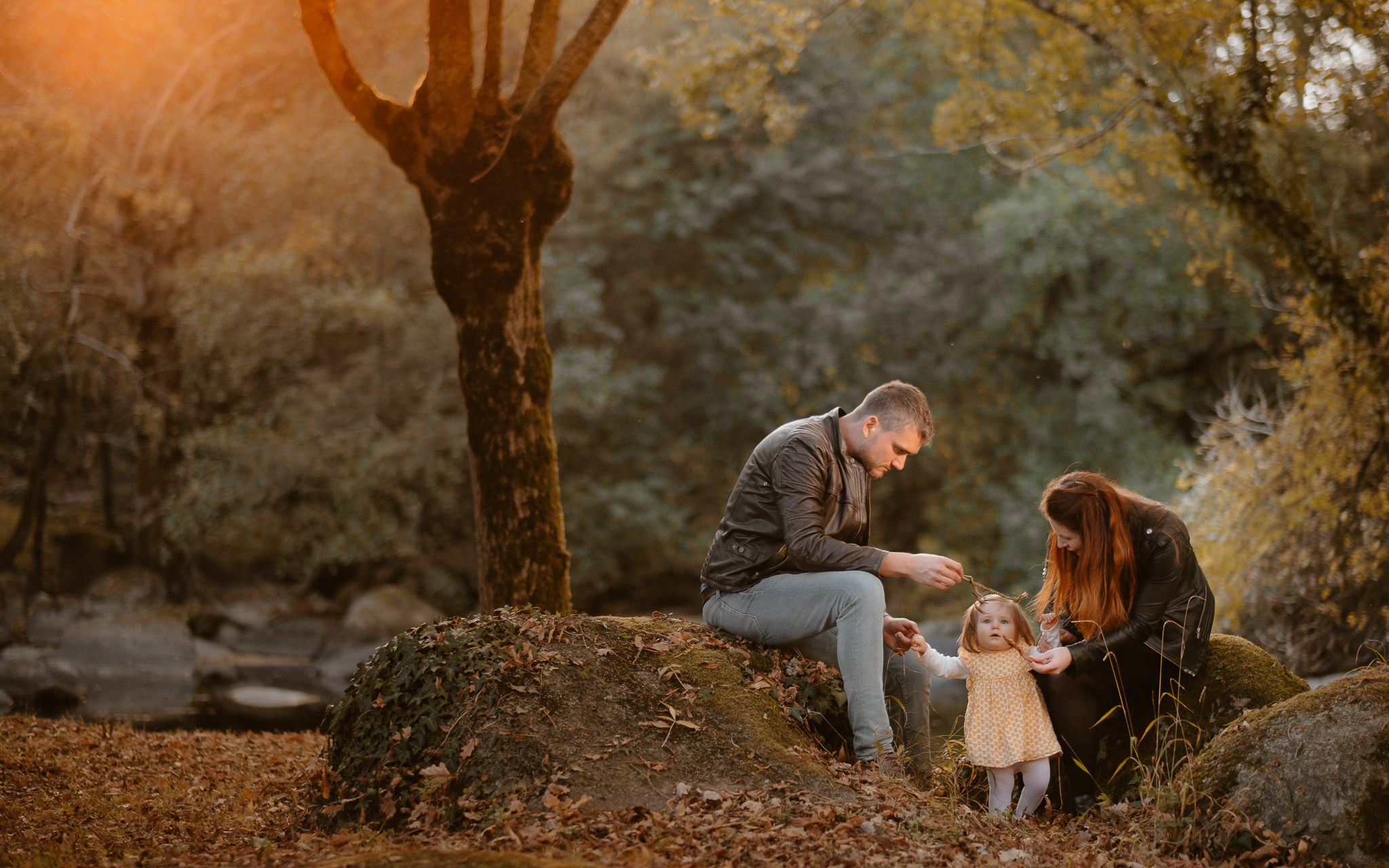 Séance photo de famille parents enfant en extérieur, à l'ambiance poétique en automne à Clisson par Geoffrey Arnoldy photographe
