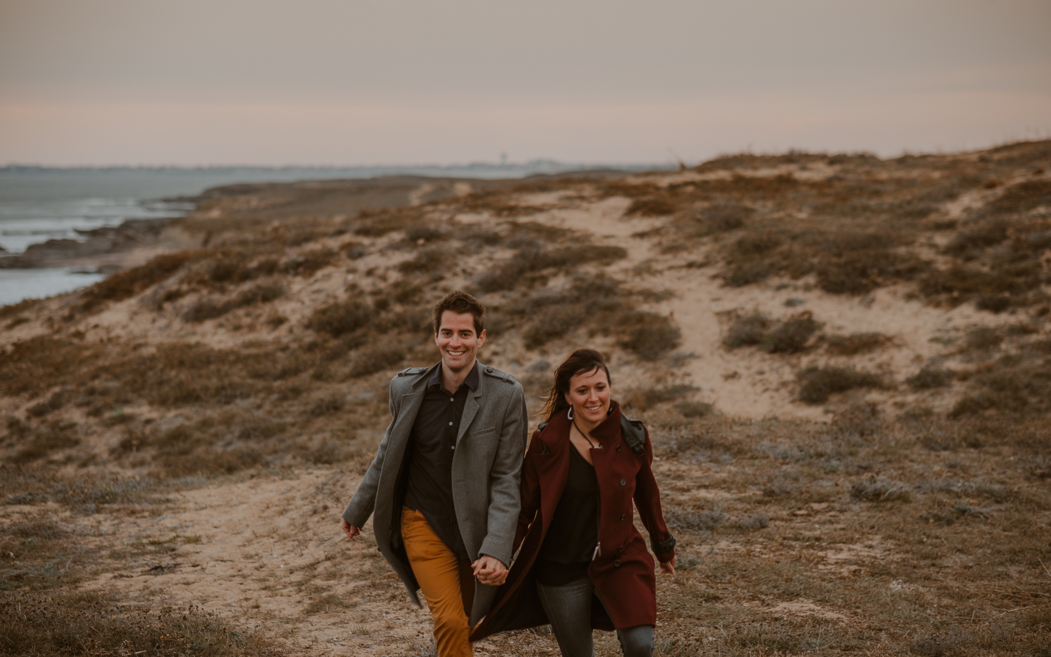 séance engagement romantique d'un couple amoureux sur la plage en Vendée par Geoffrey Arnoldy photographe