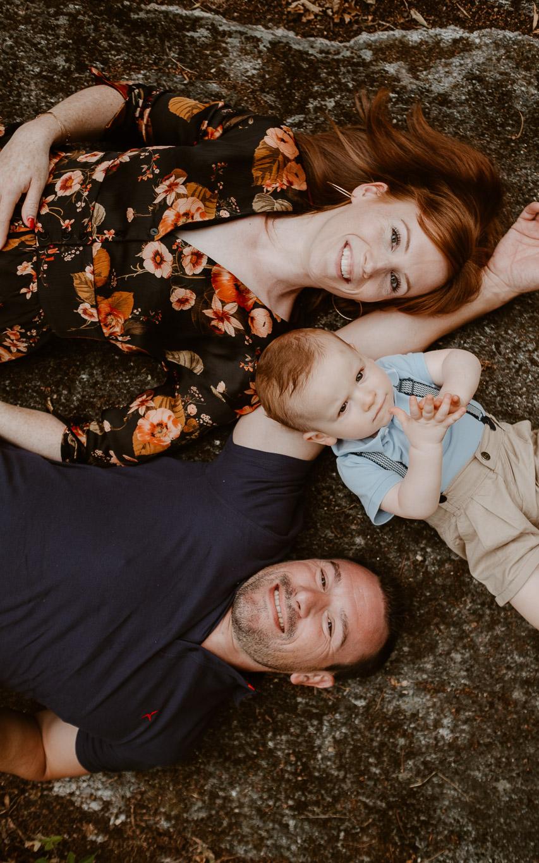Séance photo de famille parents enfant en extérieur, en été à Clisson par Geoffrey Arnoldy photographe