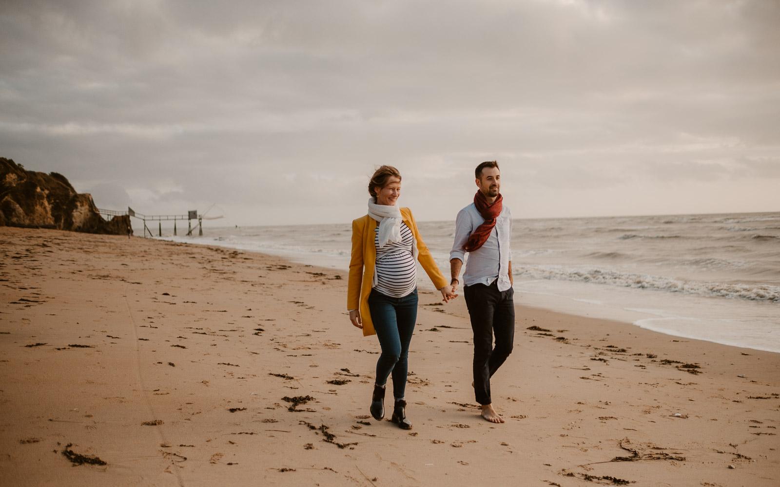 Séance photo lifestyle de famille parents enfant en extérieur, en automne en bord de mer à Pornic par Geoffrey Arnoldy photographe