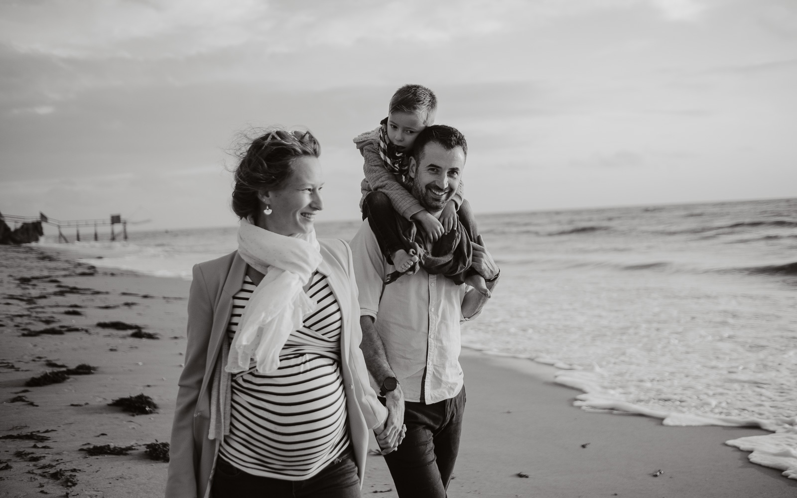 Séance photo de grossesse et futurs parents en extérieur, en automne en bord de mer sur la côte sauvage à Pornic par Geoffrey Arnoldy photographe