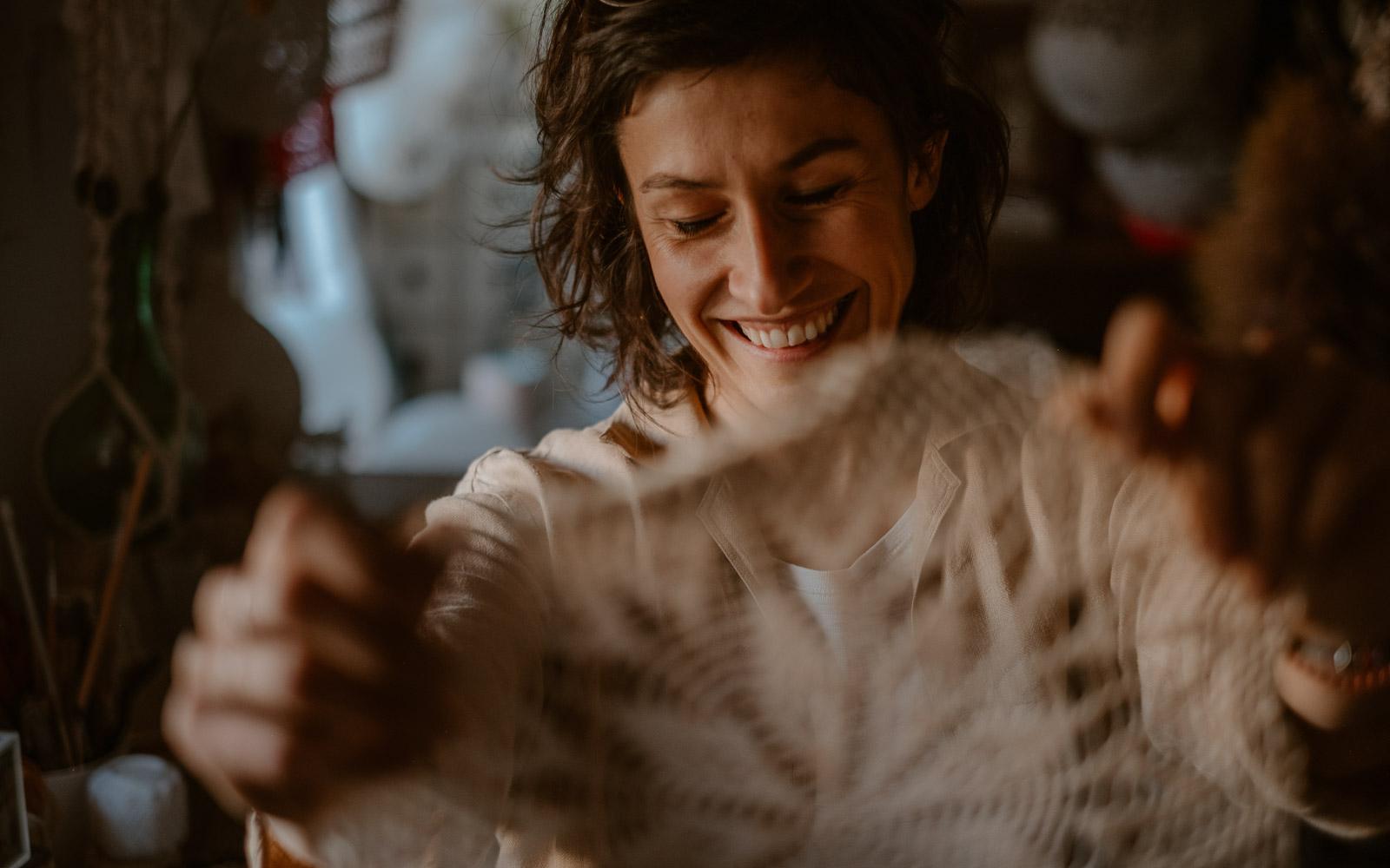 photographies d'une créatrice en design textile & scénographe dans son atelier à Clisson