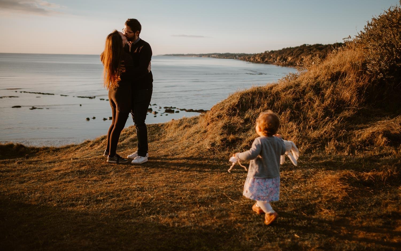 Séance photo lifestyle de famille parents enfant en extérieur, sur la plage, côte atlantique du pays de Retz par Geoffrey Arnoldy photographe