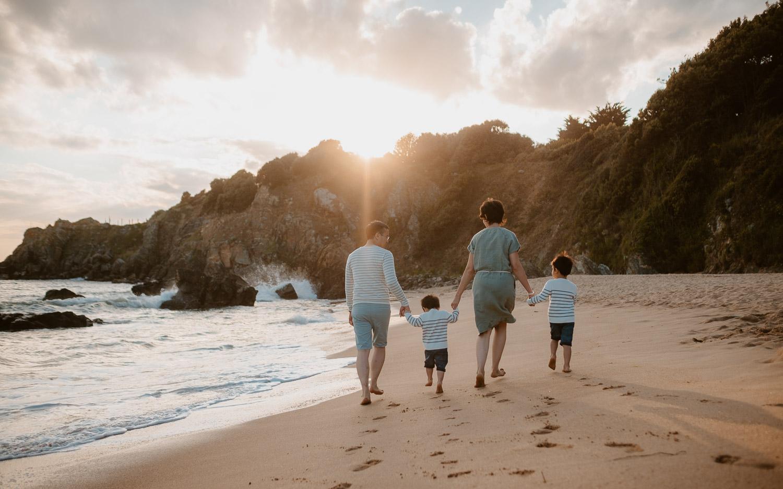 Séance photo lifestyle de famille en extérieur l'été sur la plage à Pornichet près de la Baule par Geoffrey Arnoldy photographe